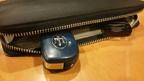 ヒマラヤクロコダイル皮革を使用した2台分の車key&パーキングカード2枚を入れるケース/牛革sample完成。※下にはiPhone充電コードが入れられる。