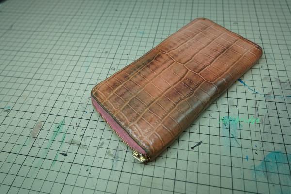FULLBRIDGEで製作(オーダーメイド)した薄ピンクマットクロコダイルセンター取りラウンドファスナー長財布の表面(アウター)クリーニング&栄養&カラーリフレッシュ補色(顔料)/ファスナー引き手交換(ファスナー交換も出来ます)